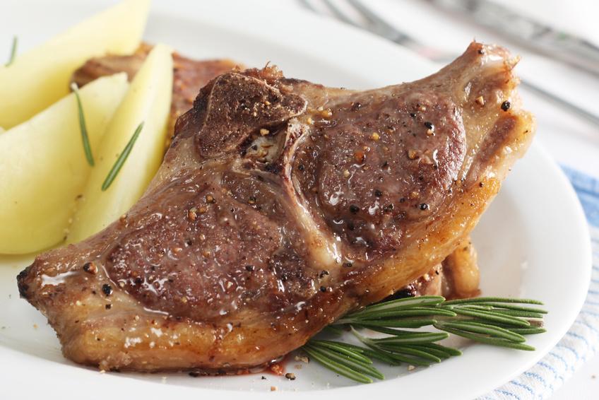 Lammkotelett, Lammrücken in Scheiben mariniert mit Knochen als Kotelett portioniert - Serviervorschlag