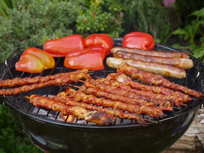 Grillfackeln - Spieße mit mariniertem gewickelten Schweinebauch - Serviervorschlag