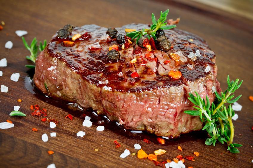 Vogelstrauß Steak Portionszubereitung - fein mariniert - Serviervorschlag